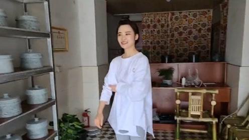 西藏吃叶儿粑,偶遇卖石锅女孩,网友:看到她第一眼我就恋爱了