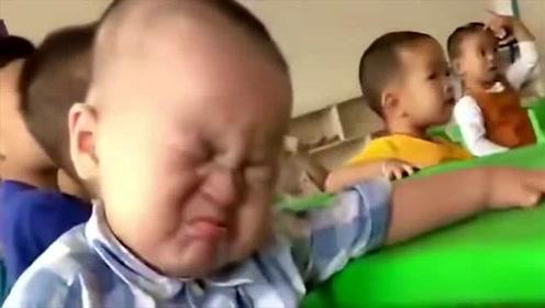 上幼儿园的第一天,老师发来的一段视频,看完我忍不住笑了!