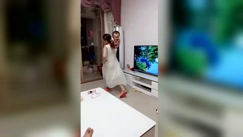 刚把孩子送小姨家一天,姨父就发来这段视频,不是自己生的真敢玩
