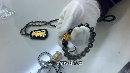 大妈拿旅游时买的珠宝来典当行变现,谁知老板却不收