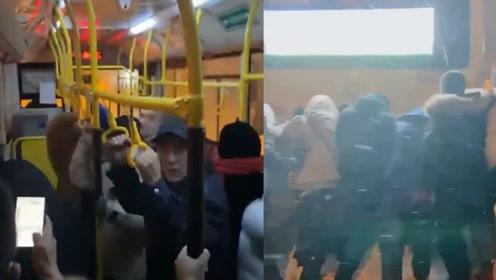 """哈尔滨大雪过后,公交车内一车人""""蹦迪""""?真实原因令人哭笑不得……"""