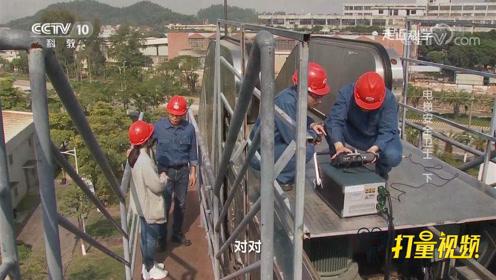 为防止意外,自动扶梯上有保护装置,它是怎么工作的?