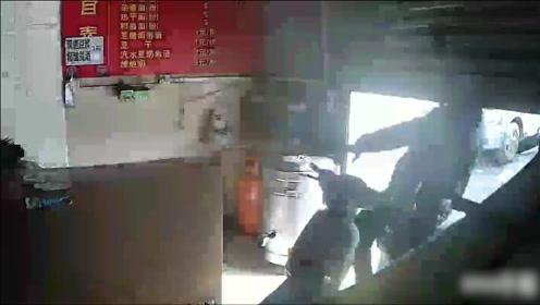 男子骑摩托车时分神撞上拉下一半的卷闸门,下一幕他的举动笑喷众人