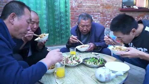 """2斤肥肠、一盆宽面,阿远炒了锅""""肥肠面"""",配上大蒜能吃两碗"""