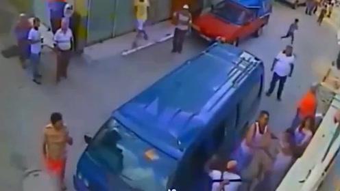 看到孩子被车撞倒,情急之下男子从二楼一跃而下,视频拍下全程