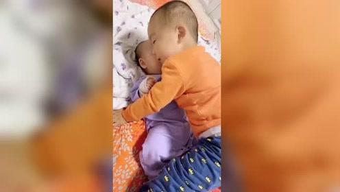 相差两岁的兄妹俩,哥哥总能逗妹妹开心,孩子爸爸都做不到!