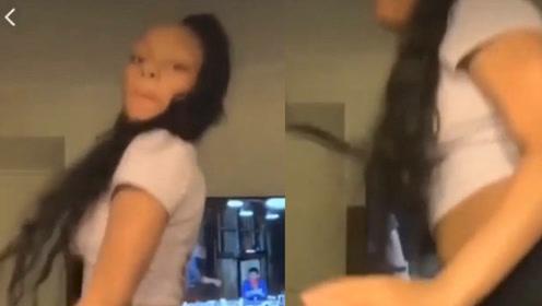 美国黑人少女在酒店客房自拍劲舞视频时,一少
