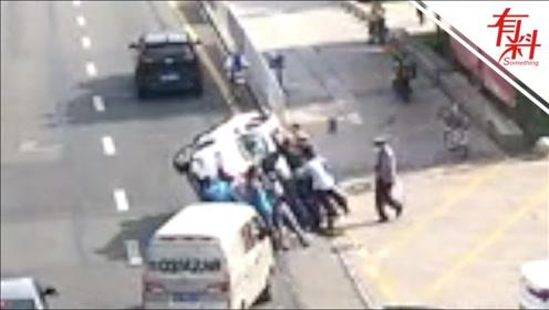 汽车侧翻现场群众54秒成功抬车施救 在场民警: