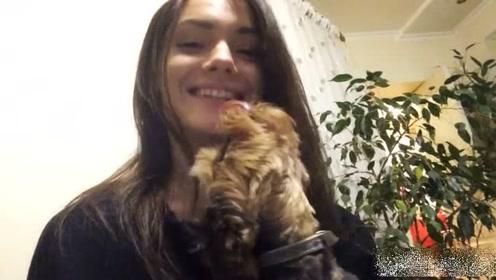 太恶心了吧 美女家中自拍与狗接吻