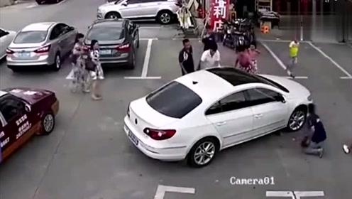 狠心女司机碾压3小孩,事后车尾偷换鞋!