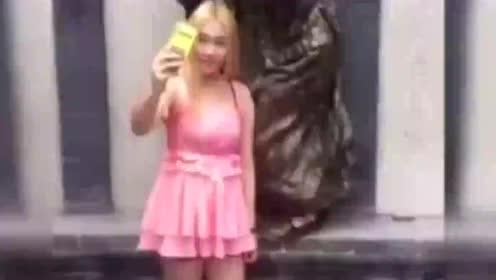 最欠揍的街头爆笑恶搞,美女裙子都给人家扯下来不是找揍吗?
