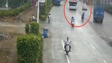 摩托車直接沖向大貨車,要不是視頻,都不知發生了什么