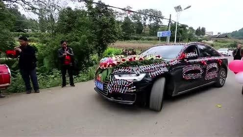 贵州一小伙,买上百元棒棒糖布置婚车,挺有创意的图片