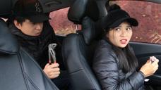 美女车上化妆遇小伙打劫,上来就要求开车挂挡