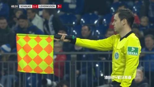 沙尔克vs勒沃库森:双方拼抢一方被撞倒,裁判吹哨