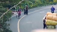 美女骗男子下车后骑走他的车,让男子狂追