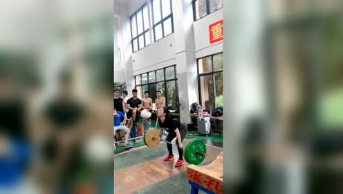 能轻松举起200斤的女人,是不是都是女汉子!