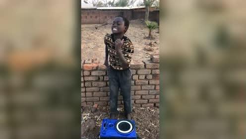 这孩子是音乐天才!