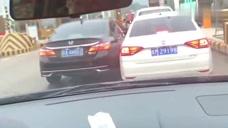 收费站前被加塞,大众司机不惯本田司机这毛病,直接杠上了!