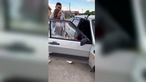 美女上车后竟做出这样的事情,没想到车内还有其他人,太尴尬了!