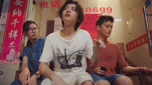 穿越火线:许蔚跟安蓝共用一个耳机听音乐,肖枫吃醋坐到俩人中间