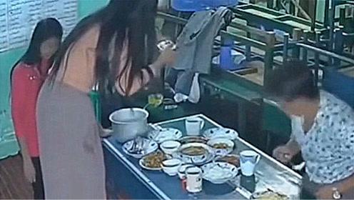 美女站在凳子上拍菜,结果下一秒,一桌子东西