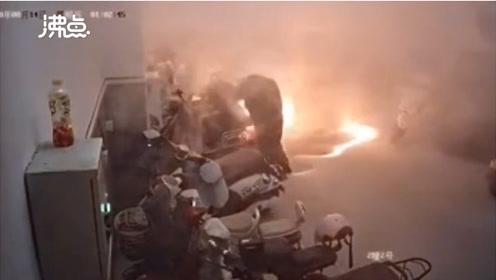 监拍|电动车违规充电起火引爆燃 6辆电动车被烧成空架