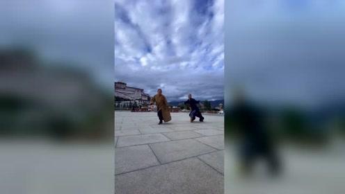 高清视频,广场上玩的俩师傅太默契了,感谢官方大大给的每一次热门