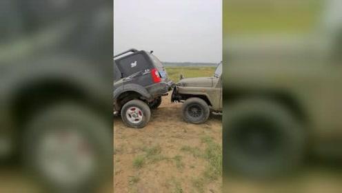 豪车越野卡在半坡,后车这样救援,这也太简单了吧!