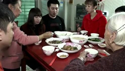 广东一姑娘出嫁,吃饭都有这么多风俗,穿着睡衣就出门了!