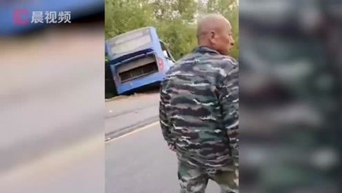 吉林一公交车与一重型货车迎面相撞,致2死16伤,围观群众:车开得太快了