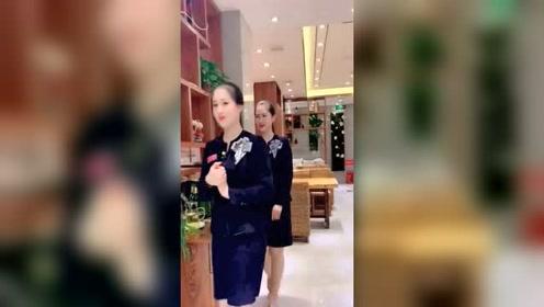 朝鲜高档场所的美女服务员,还会脸红的女人,可惜在国内已经看不到了!
