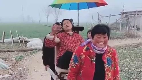 重庆美女一家人搞笑是认真的,其乐融融很开心!