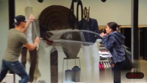 国外恶搞视频:男子假装盲人袭击路人,女生被吓坏了!
