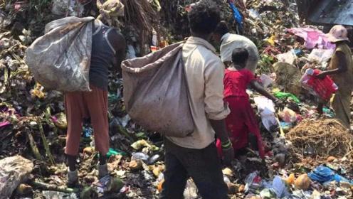 印度穷人的生活有多糟糕?垃圾堆里讨生活,看着可怜又可悲