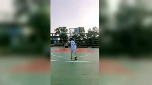 这么小就知道要努力练球,期待以后可以进CBA打职业篮球