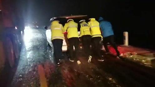 青海祁连突降大雪,500余辆车千名游客被困,民警连夜雪中推车
