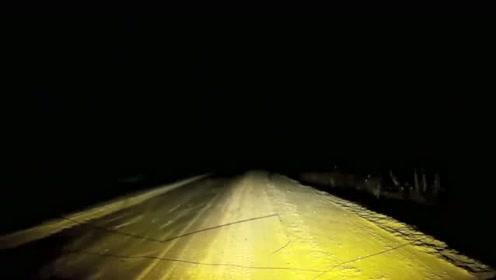 这种情况只能听天由命,视频车惊险的躲过一劫!太幸运了
