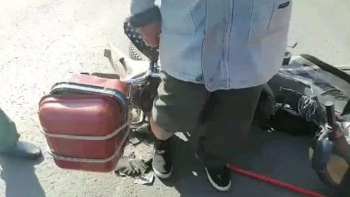 果然视频|车速太快!枣庄一男子刹车摔倒,腿卡摩托车排气管
