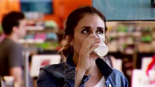 恶搞:商场试喝饮品,当看到喝的是什么之后妹