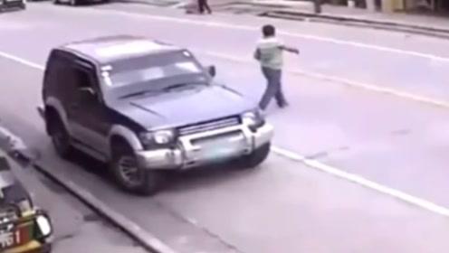 说出去都不信,要不是反应快,就被自己的车给撞了