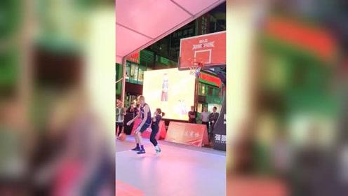女生跟路人王最高球员2米10的球员单挑,虽然输球了,但勇气可嘉