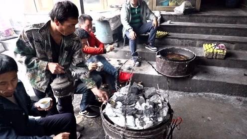 甘肃大哥罕见老式吊炉做美食,1元钱一个,一锅能卖8块钱