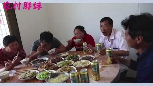 胖妹夫妻借帮忙来蹭饭,活一点没干满满一桌美食,两口子吃撑回家啦
