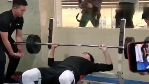 CBA体测,广东宏远胡明轩40秒内完成6次80kg卧推