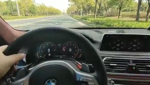 作死!宝马男单手飙车时速超250 还不忘自拍视频炫耀