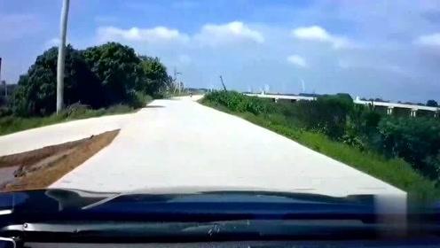 哈弗司机强行并线,视频车师傅被逼到无路可走:那就不好意思了