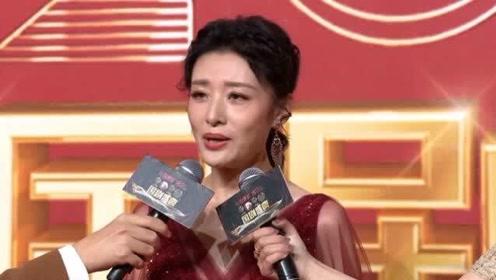 国剧盛典红毯:周涛赤红色长裙亮相,谈到自己喜欢《隐秘而伟大》这样谍战剧