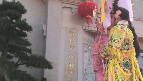 广东吴川富豪花4亿用黄花梨建四合院今天入伙,村民:还有明星来!