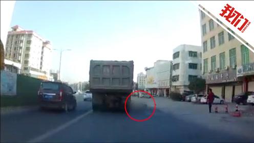 货车行驶中刮撞摩托车致驾驶员死亡 视频拍下后车猛按喇叭追赶逼停肇事车